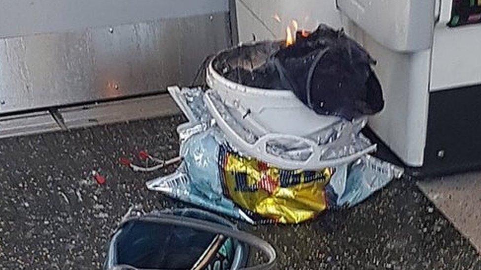 تسببت في الحريق عبوة ناسفة بدائية الصنع وضعت في دلوا أبيض في عربة القطار