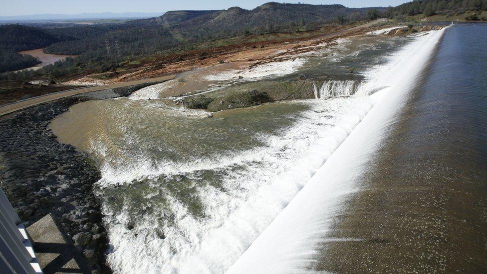 La represa desbordada.