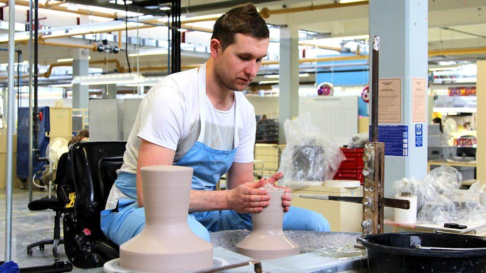 Chris Mottram, le da forma a la arcilla en la rueda de alfarero, una habilidad que aprendió de otro alfarero.