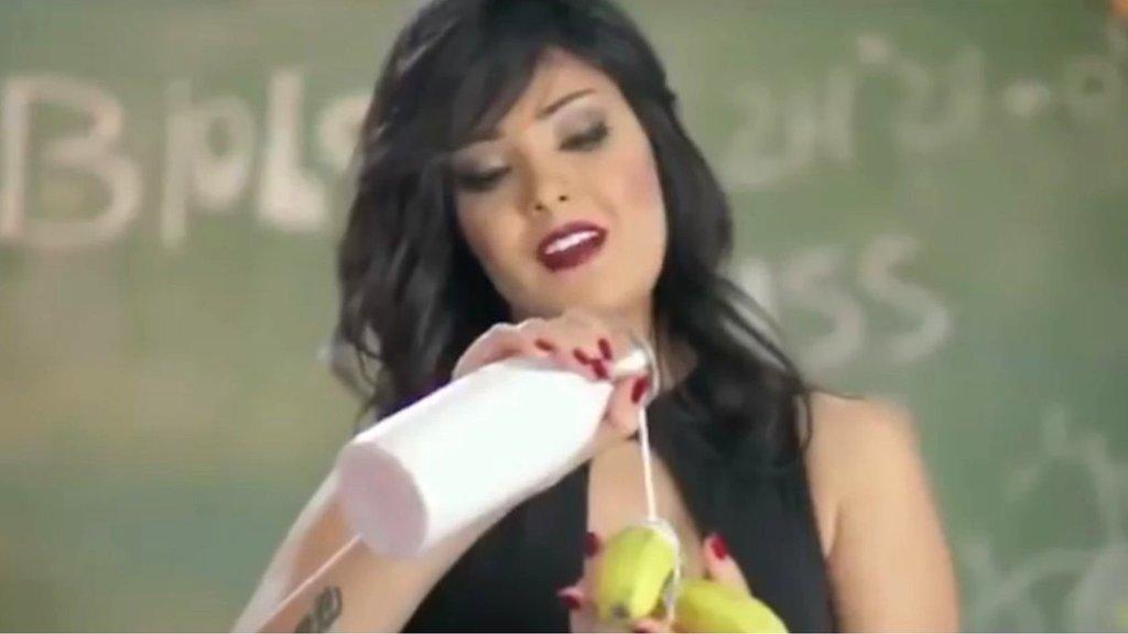 Єгипетську співачку ув'язнили за відео з бананом