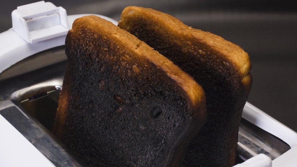Tostadas quemadas.