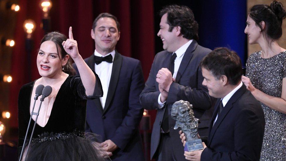 """El elenco de """"Una mujer fantástica"""" en los premios Goya de este año, en el que consiguieron el galardón como Mejor película latinoamericana."""