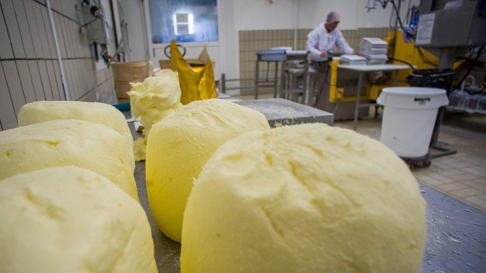 Bolas de mantequilla en una factoría.