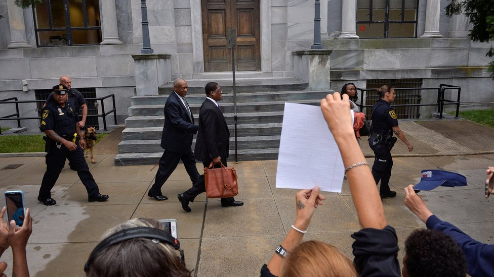 A las afueras del tribunal se reunieron seguidores y críticos del actor.