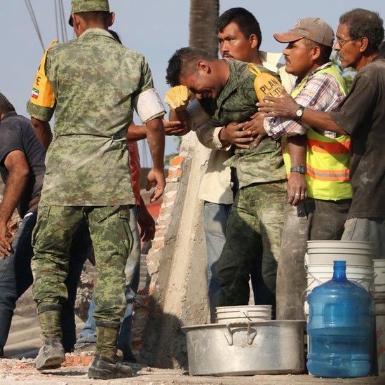 Martín Moctezuma Luis Hernández, de 21 años, recuperó los cuerpos de una mujer y su hija tras el terremoto del 19 de septiembre en México.
