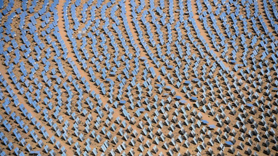 La zona desértica del sureste de California ha sido aprovechada para la instalación de miles de paneles de energía solar.