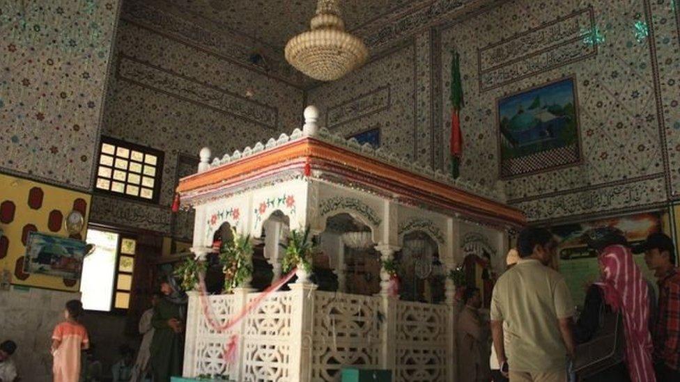 بلوچستان: د شاه نوراني زيارت چاودنه کې لږ تر لږه ۲۵ تنه وژل شوي