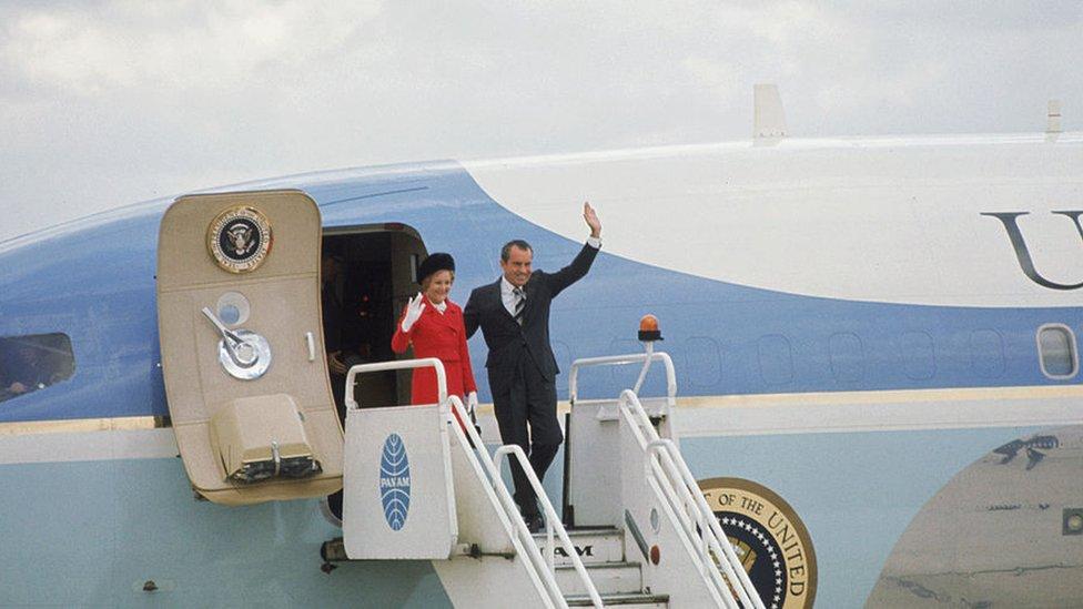 前總統尼克松乘坐空軍一號到達英國訪問