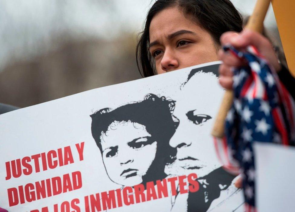 Una manifestante junto a la Casa Blanca en Washington protesta contra la decisión del Departamento de Seguridad Nacional de Estados Unidos decidiera no extender más el Estatus de Protección Temporal (TPS, por su sigla en inglés) para cerca de 200.000 salvadoreños que viven en EE.UU., el 8 de enero de 2018.