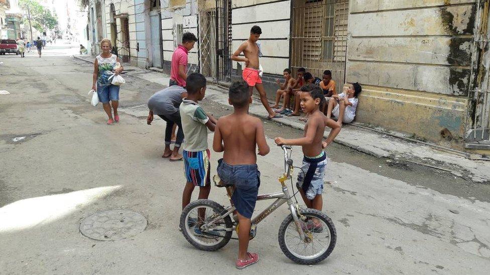 Un grupo de niños juega en las calles de La Habana
