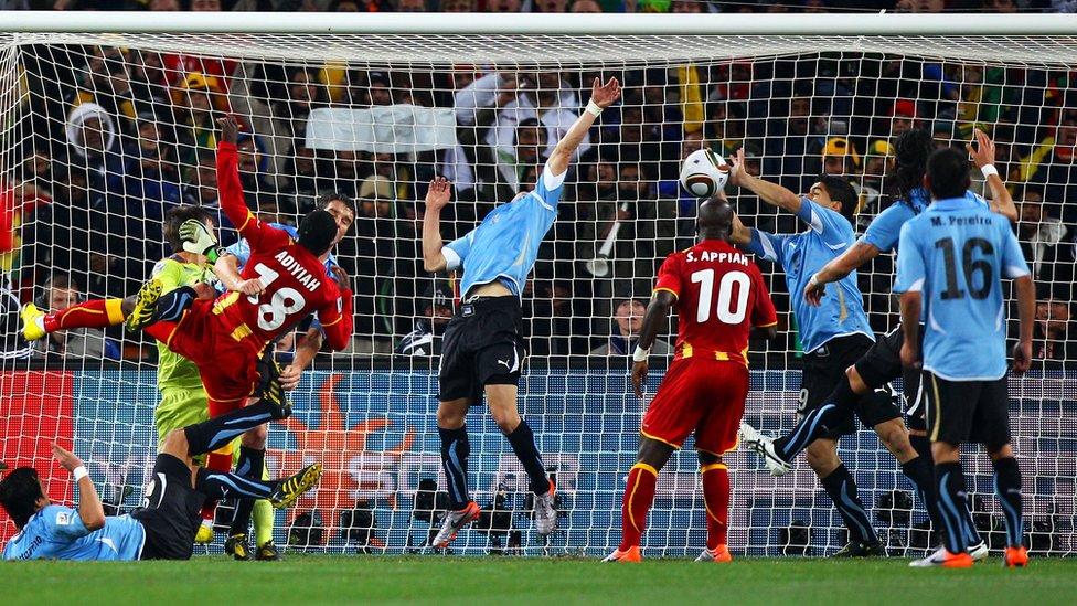 Suárez despeja con la mano el balón para evitar el tanto de Ghana