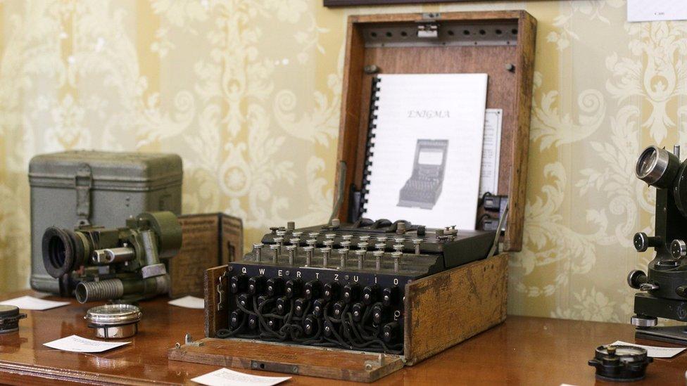 Una máquina de cifrado Enigma aparece exhibida en una subasta en la ciudad de Bucarest, en Rumania, el 11 de julio de 2017.