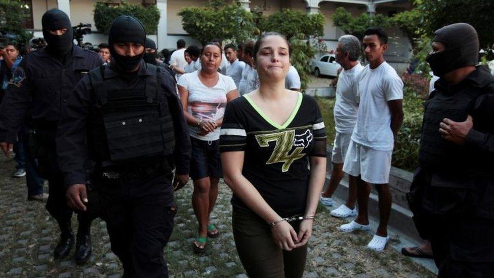 La modelo es detenida por la policía.