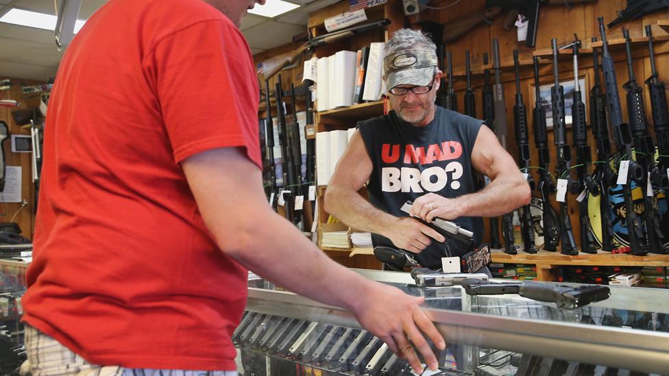 En Estados Unidos hay leyes para regular el regalo de armas, pero varían de un estado a otro.