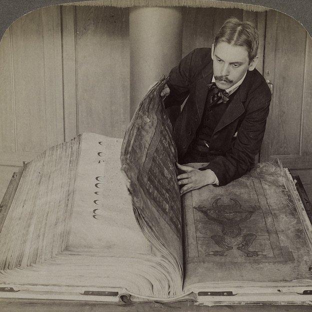 El Código Gigas cuando ya estaba en la Biblioteca Nacional de Suecia, en una imagen estereoscópica tomada en 1906.