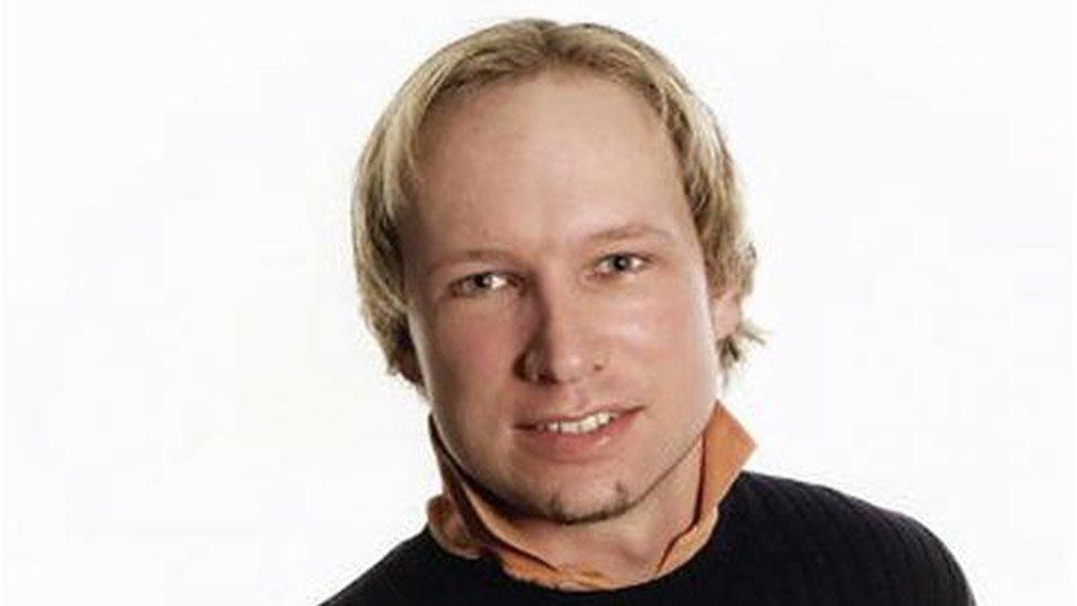 """El noruego Anders Breivik, que cumple una sentencia de 21 años por el asesinato de 77 jóvenes en 2011, ha intercambiado cientos de cartas con una mujer conocida como """"Victoria"""" que dice estar enamorada de él."""