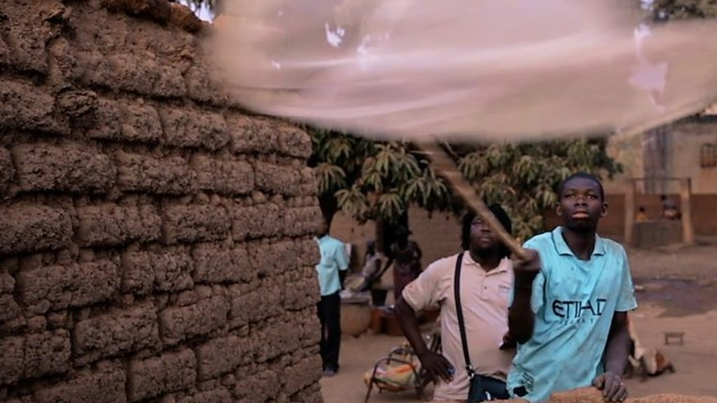 Why is this African town letting mosquitoes in?   BBC
