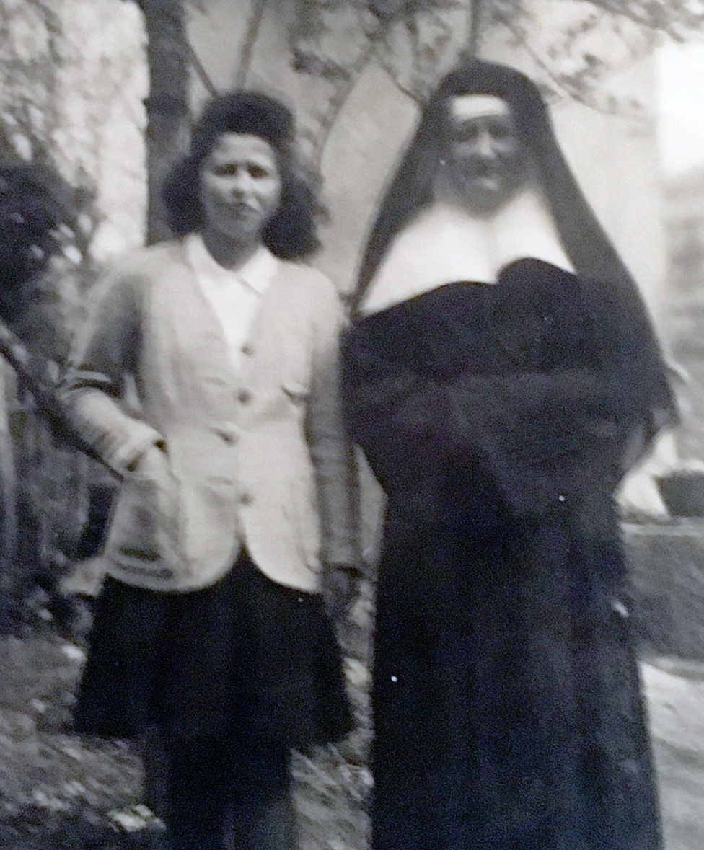 Denise Bergon con una chica, posiblemente Annie