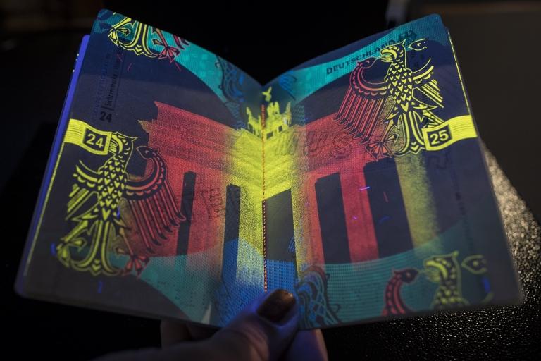El nuevo pasaporte alemán trae hologramas de seguridad que solo son visibles con luz ultravioleta.