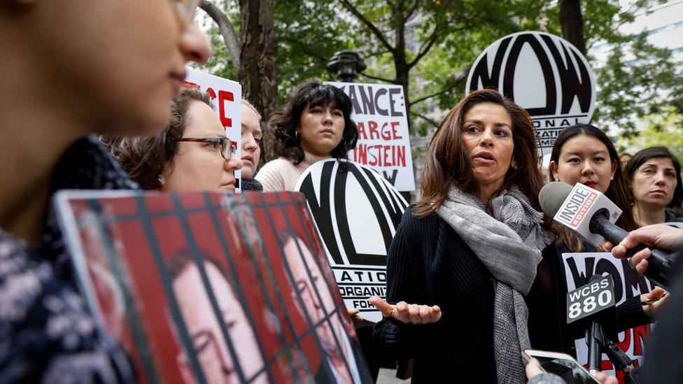 Una protesta contra la decisión del fiscal de Nueva York de no presentar cargos contra Weinstein.