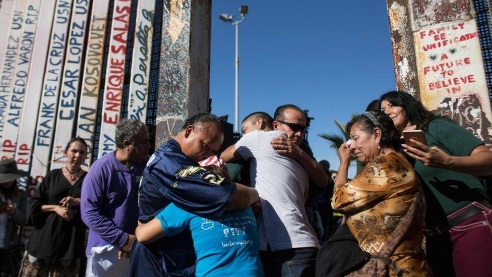Familias se abrazan tras la apertura de la puerta en la frontera México-Estados Unidos