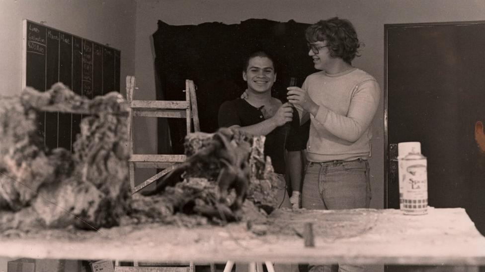 Rigoberto Mora (izquierda) y Guillermo del Toro en el taller de Necropsia. (Foto: Rigoberto Mora)