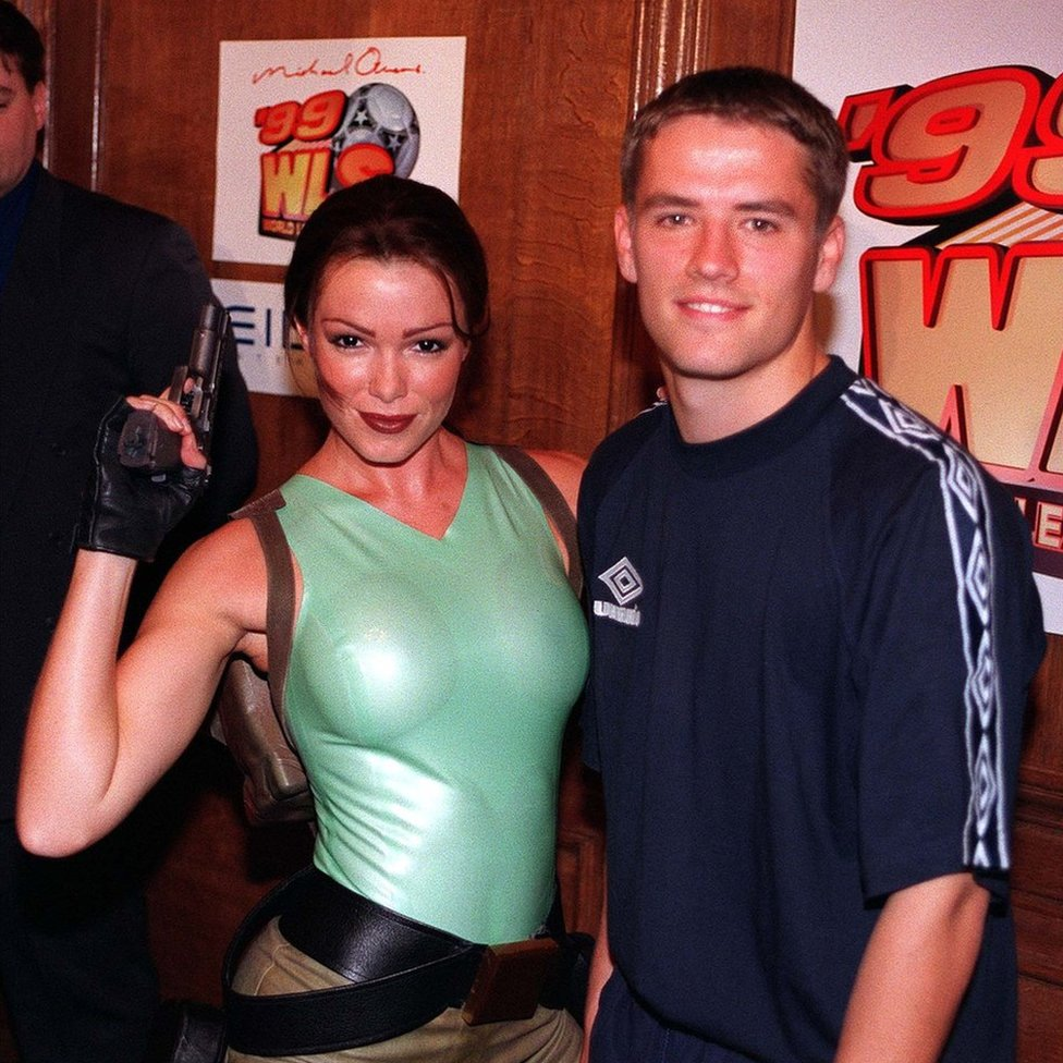 Nell McAndrew posando como Lara Croft en 1998