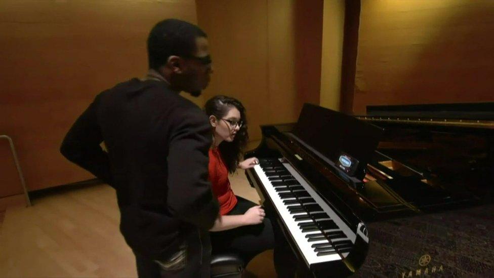 Mandy Harvey, con su pianista durante un ensayo.