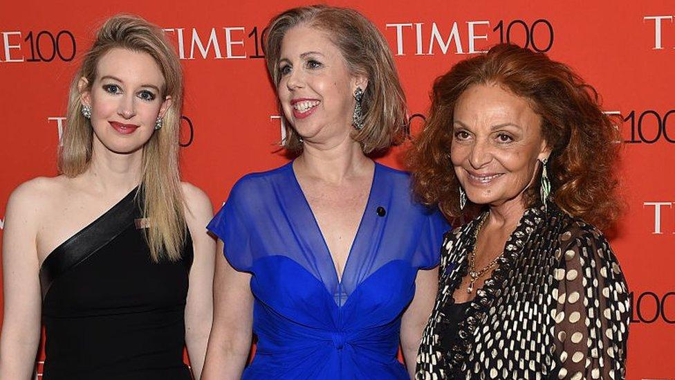 Holmes (izq.) en 2015 junto a Nancy Gibbs, exdirectora de la revista Times (centro), y a la diseñadora de moda Diane von Furstenberg.
