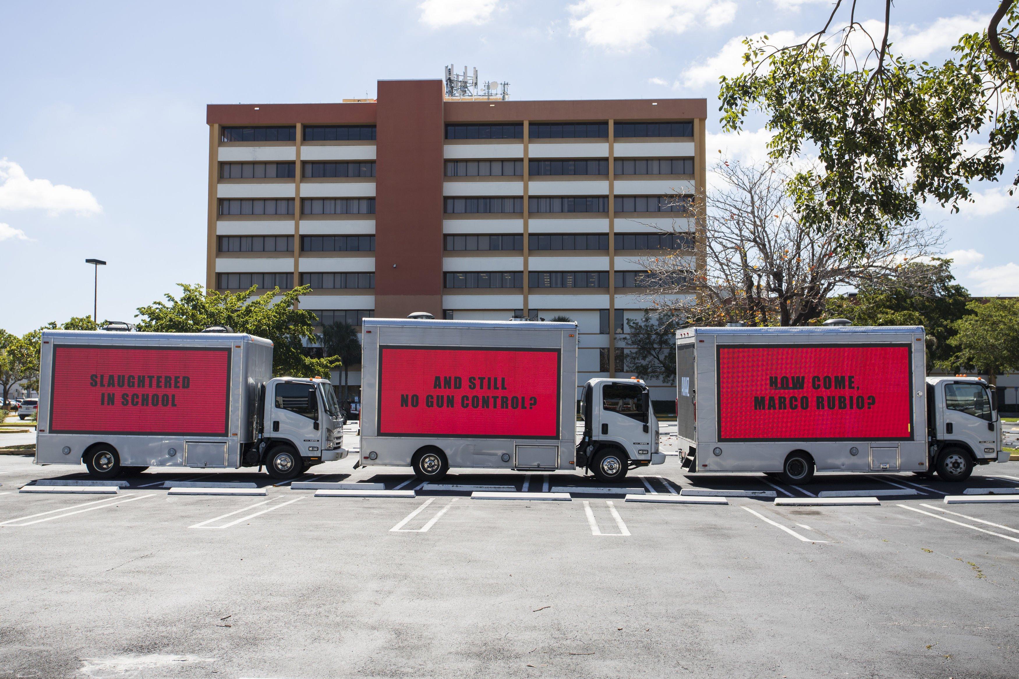 Tres camiones con avisos luminosos en Miami, Florida, EE.UU.