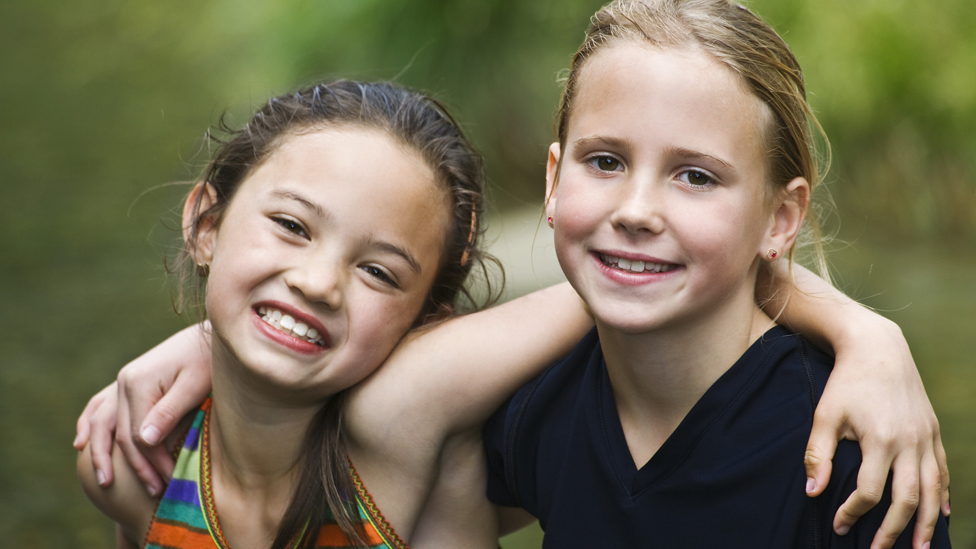 Dos niñas abrazadas