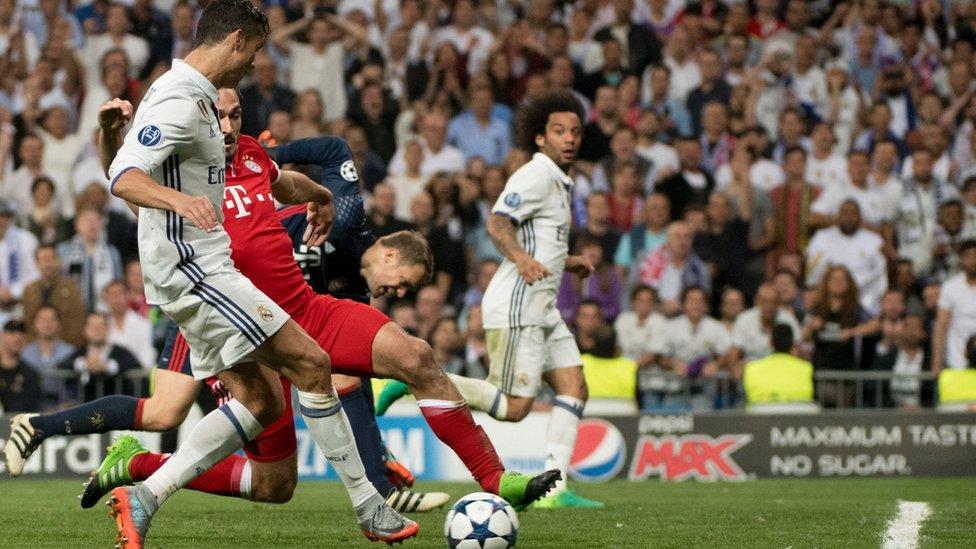 Ronaldo anota su tercer gol en posición adelantada que no pudo apreciar el asistente.