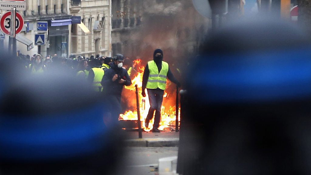 Yellow vest movement: Hundreds arrested