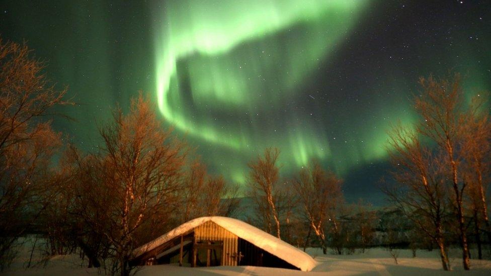 Qué es la extraña columna de luz violácea en el cielo de