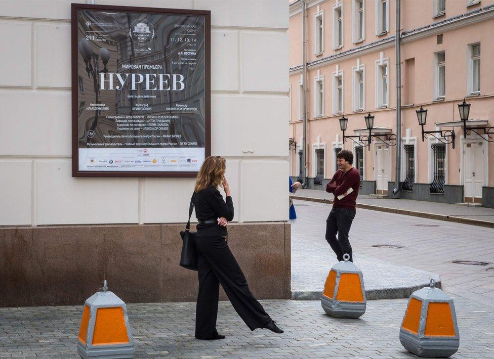 Mujer ante el cartel que anuncia el estreno de