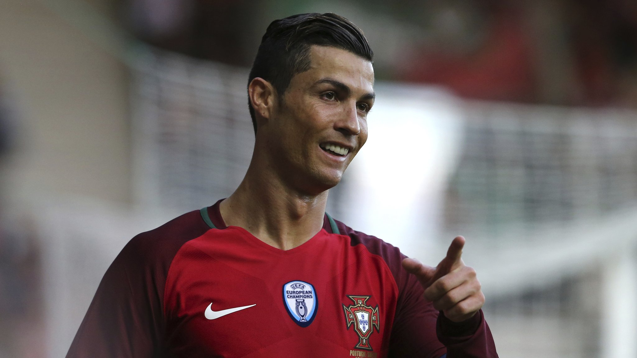 Swedes ground Ronaldo before airport accolade