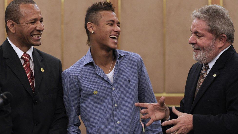Neymar padre ha acompañado a su hijo en todo momento, como en la imagen junto al expresidente de Brasil Luiz Inácio Lula da Silva.