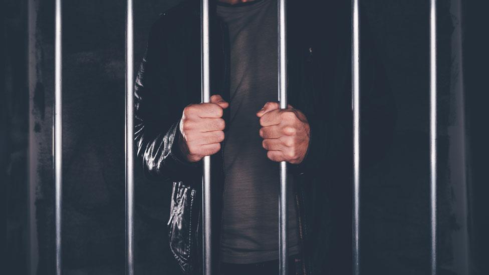 Hombre en cárcel