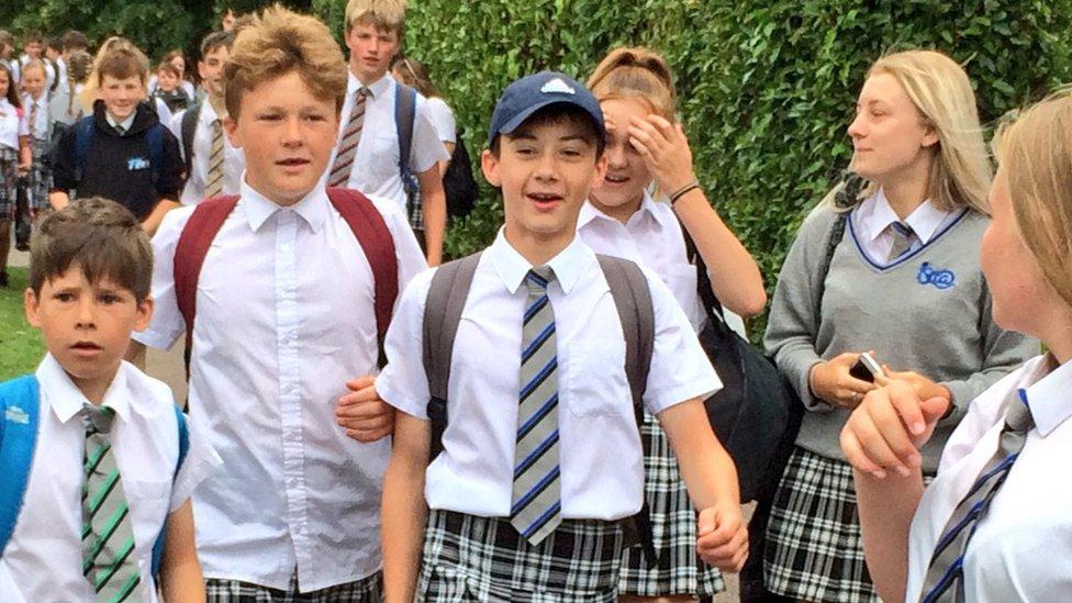 Niños van a la escuela con falda porque
