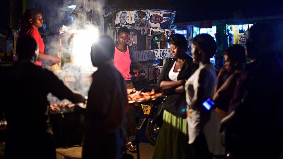 Los puestos de comida callejera abundan en Uganda.