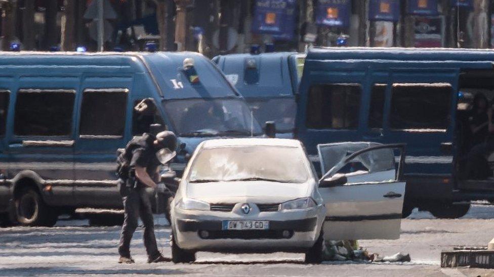 Un policía especial registra el auto en París.