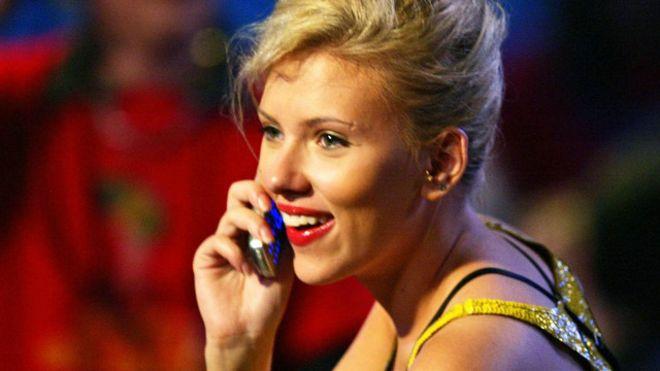 La actriz Scarlett Johansson es una de quienes ha sido vista con un teléfono de tapa.