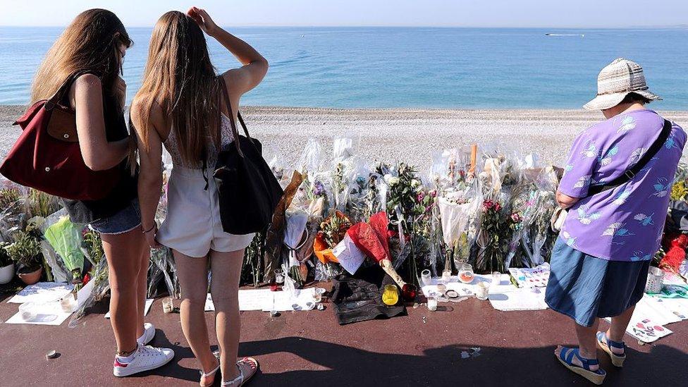 Flores recordando el primer aniversario del ataque de Niza.