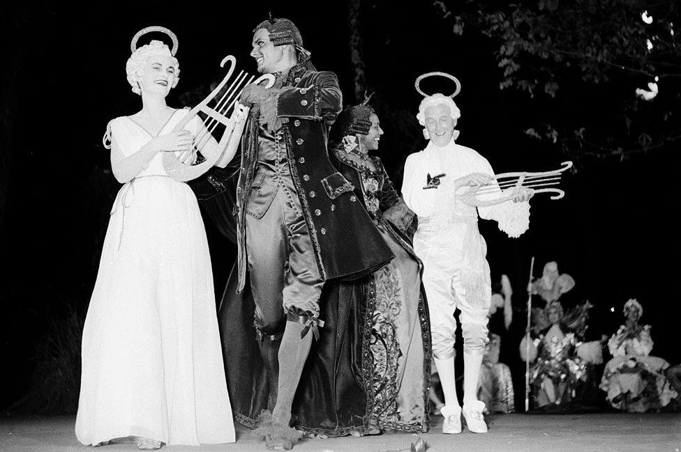 Invitados en una de las legendarias fiestas del Marqués de Cuevas.