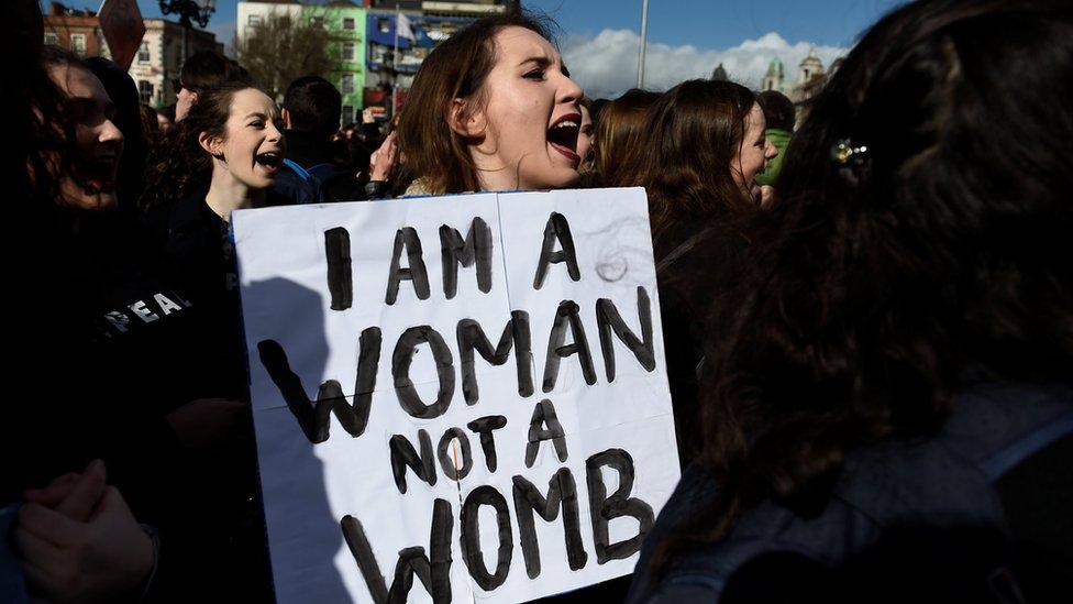 En Dublín, miles de mujeres pidieron leyes más liberales sobre el aborto.