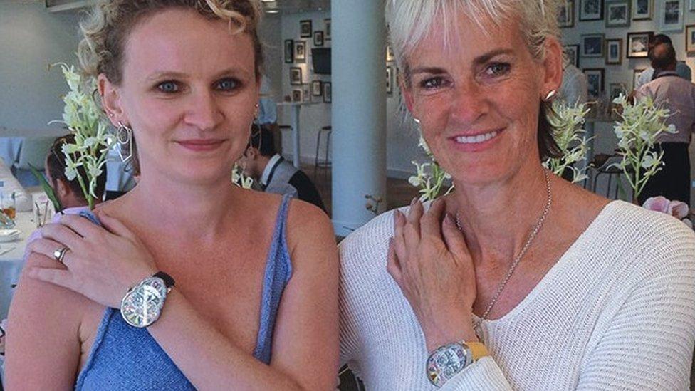 eee878f2c281 Fiona Krüger (a la izquierda) vende sus relojes en distintas partes del  mundo.