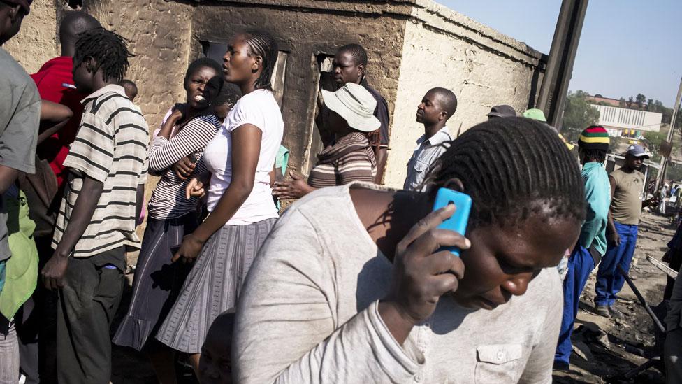 Mujer en Zimbabue hablando por celular