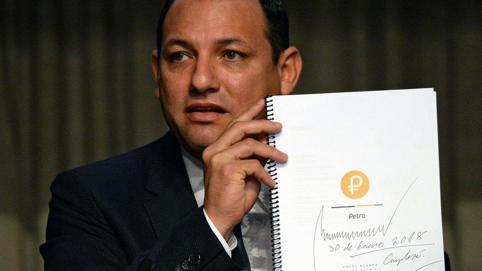 Hugbel Roa, ministro de Ciencia y Tecnología, con el Libro Blanco del petro.