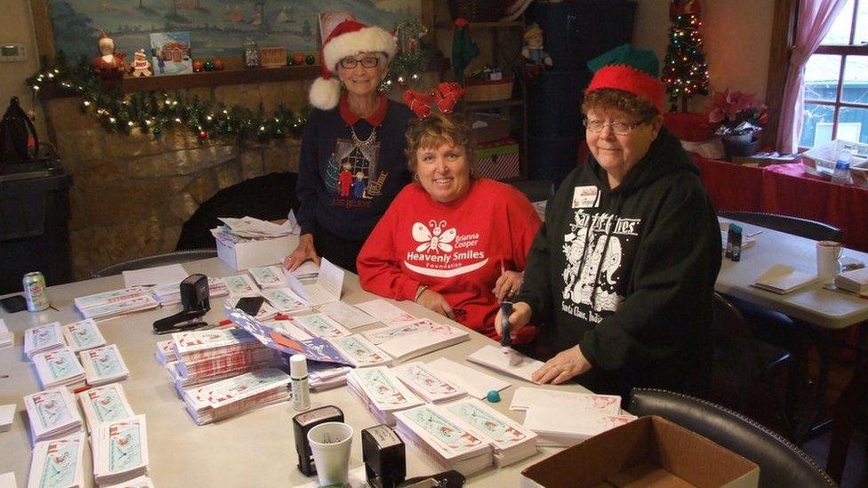 La duende en jefe Pat Koch, Marti Sheckells, y Joyce Robinson en el centro de redacción de correspondencia