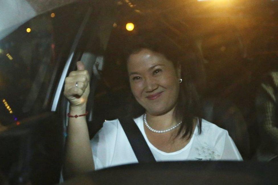 Keiko Fujimori llega a visitar a su padre al hospital tras la noticia de su indulto.